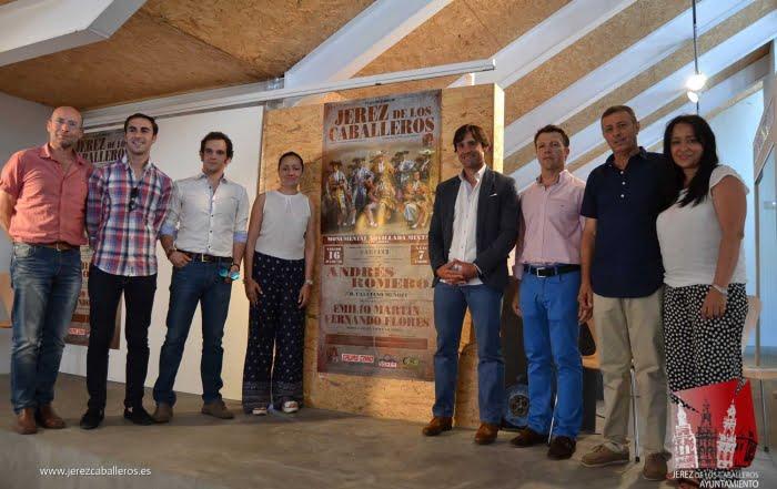 Participantes-en-el-festejo-y-autoridades-junto-al-cartel