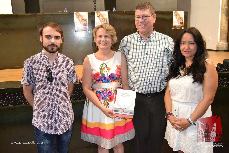 El Auditorio del Conventual San Agustín de Jerez de los Caballeros ha acogido este viernes la presentación del libro 'Diccionario del Matrimonio Feliz'