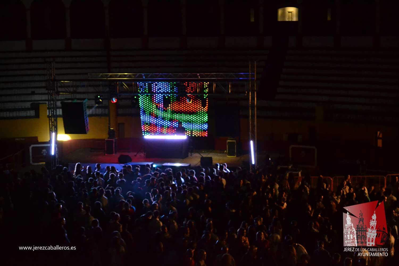 Los jóvenes jerezanos disfrutaron este sábado al ritmo de la de la música en el Jerez Show Festival