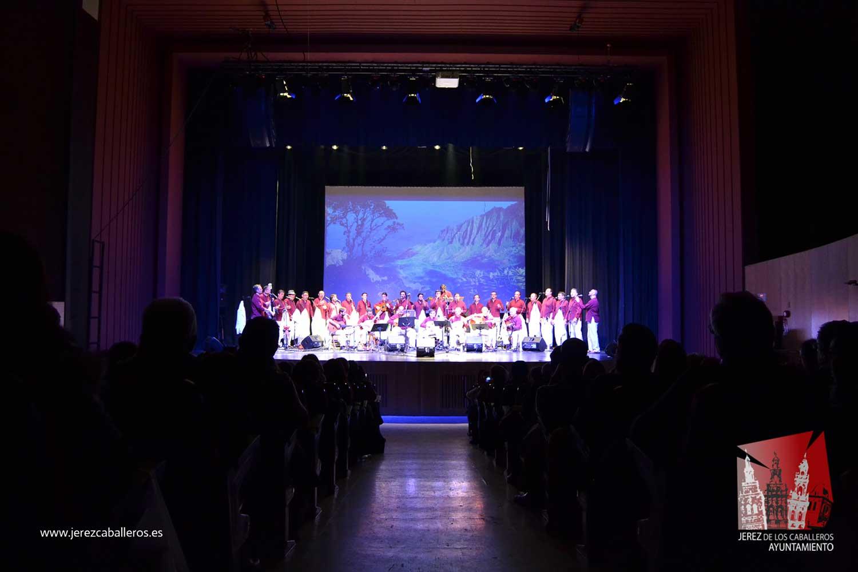 El público jerezano disfrutó con la música del grupo 'Furriones' en la reapertura del Cine-Teatro Balboa