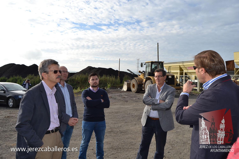 El consejero de Economía e Infraestructura de la Junta de Extremadura, José Luis Navarro, ha visitado hoy en Jerez de los Caballeros, la planta de aglomerado de la UTE