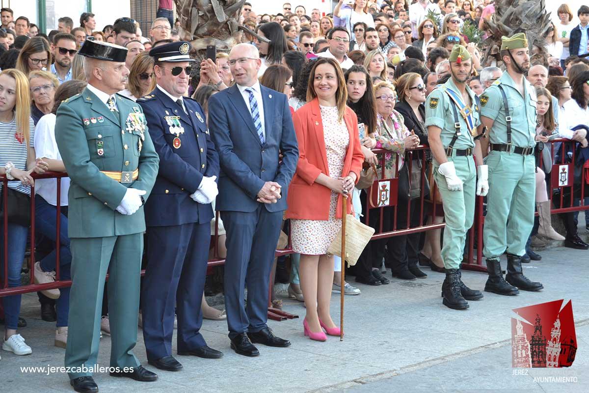La Virgen del Rosario recibió la Faja General de la Legión en el inicio de la Semana Santa de Jerez de los Caballeros