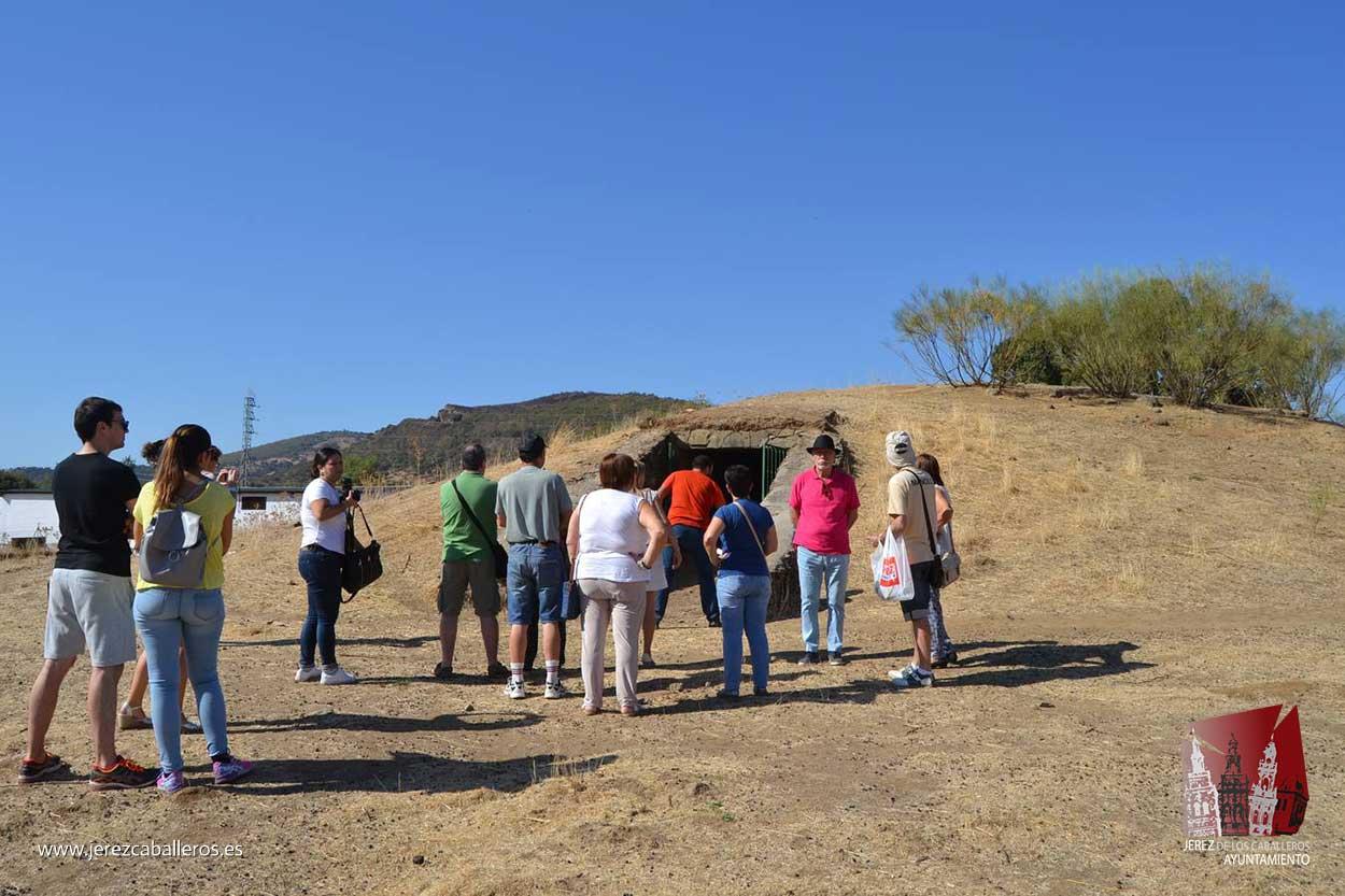 Medio centenar de personas visitan el dolmen de Toriñuelo en el marco de las Jornadas Europeas del Patrimonio