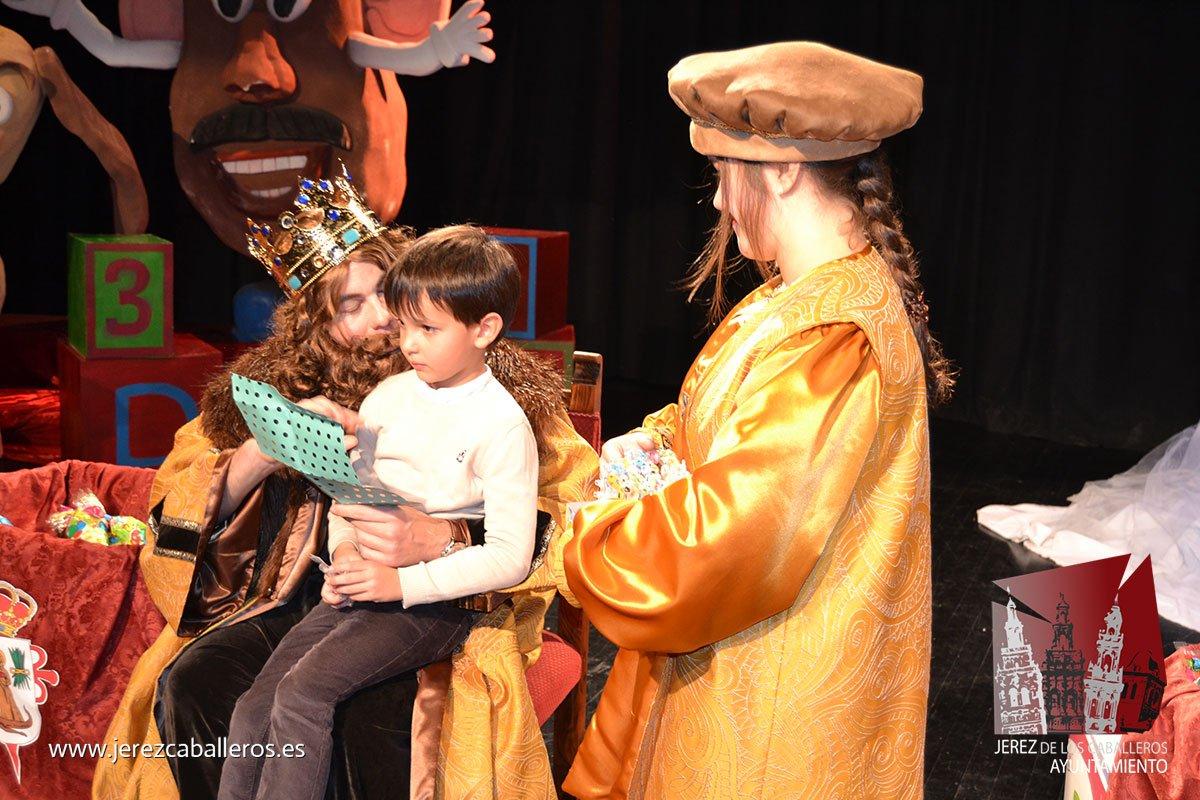 Jerez de los Caballeros vivió con ilusión su cabalgata de Reyes pese a la lluvia